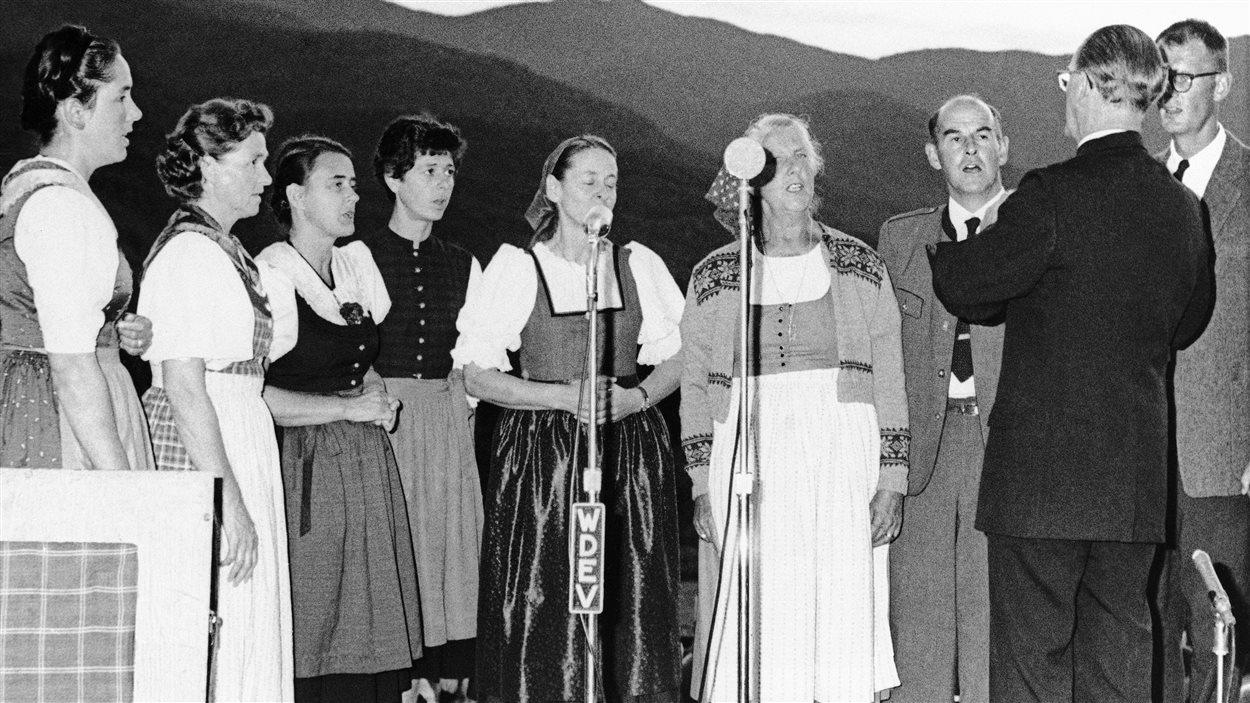 Quelques membres de la chorale de la famille von Trapp donne un concert au Vermont, en 1966. Maria  von Trapp est la troisième à partir de la gauche.