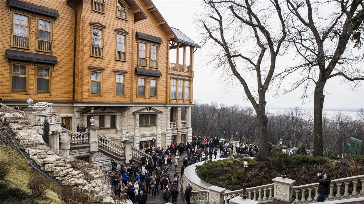 Des milliers d'Ukrainiens continuaient d'affluer à la luxueuse ex-demeure de Viktor Ianoukovitch, dimanche.