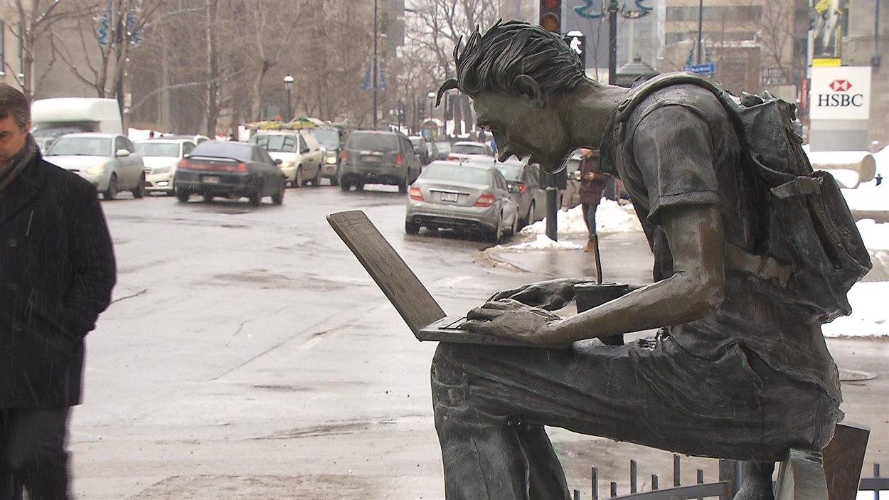 La Leçon, bronze de l'artiste Cédric Loth représentant un étudiant travaillant sur son ordinateur portable, à l'angle des rues Sherbrooke et McGill College