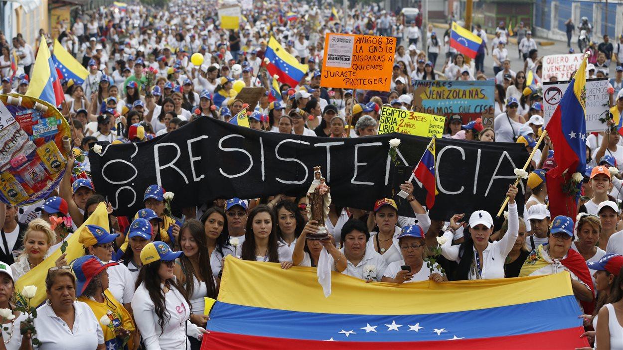 À San Cristobal, des milliers de manifestants, en majorité des femmes, ont marché sur une caserne de La Garde nationale.
