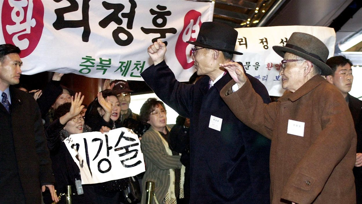 Des familles coréennes séparées par la guerre se retrouvent après des années, en février 2001