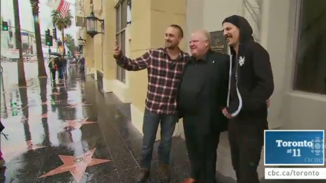 Rob Ford se laisse prendre en photo avec des passants à Hollywood.