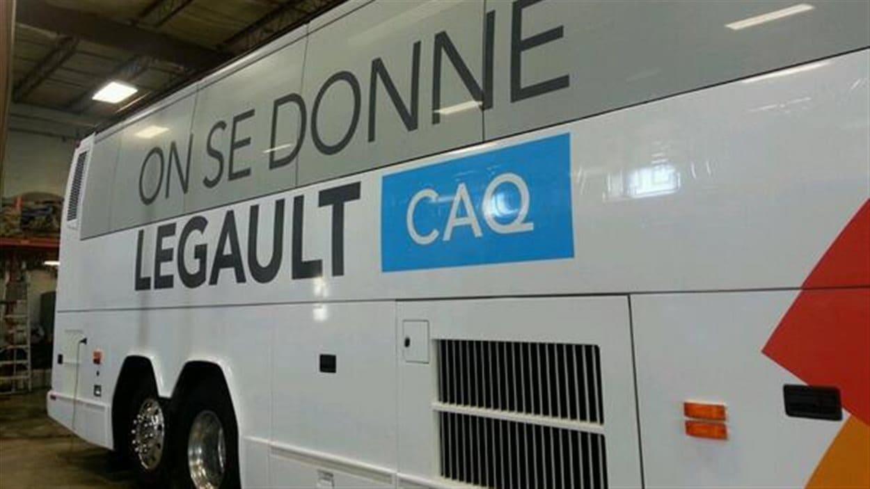 L'autobus de campagne de la Coalition avenir Québec.