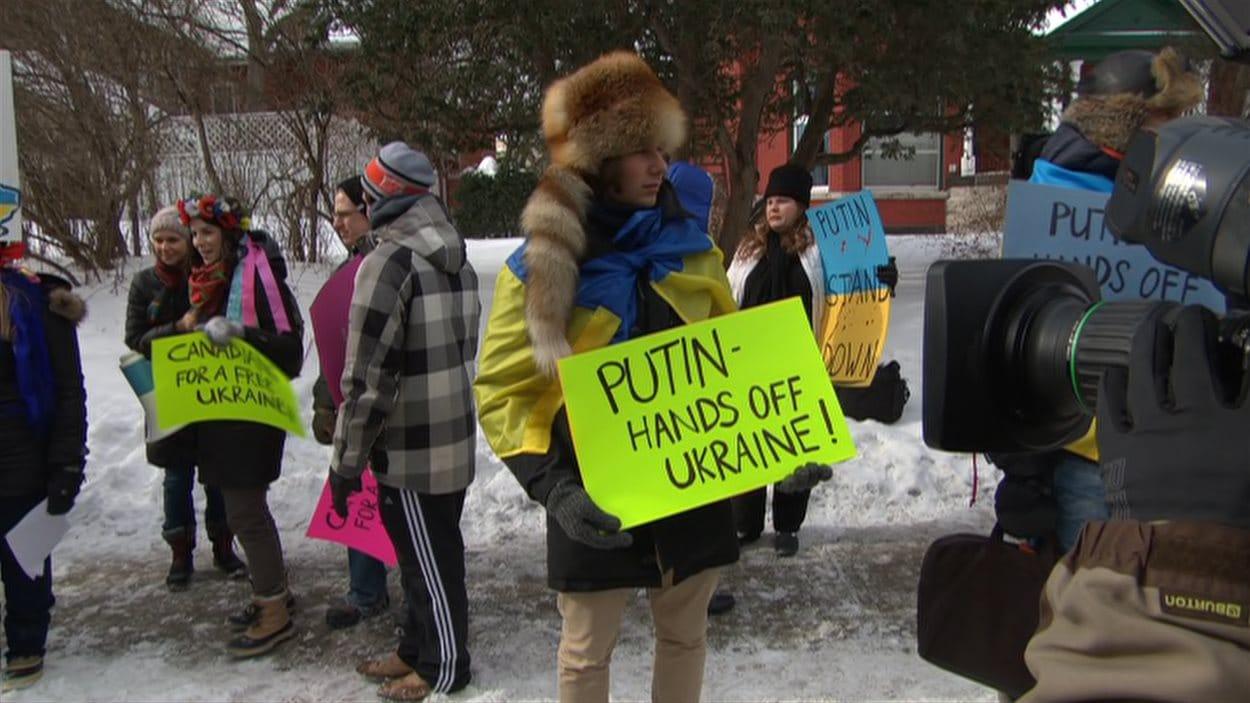 Une manifestante devant l'ambassade de Russie à Ottawa.