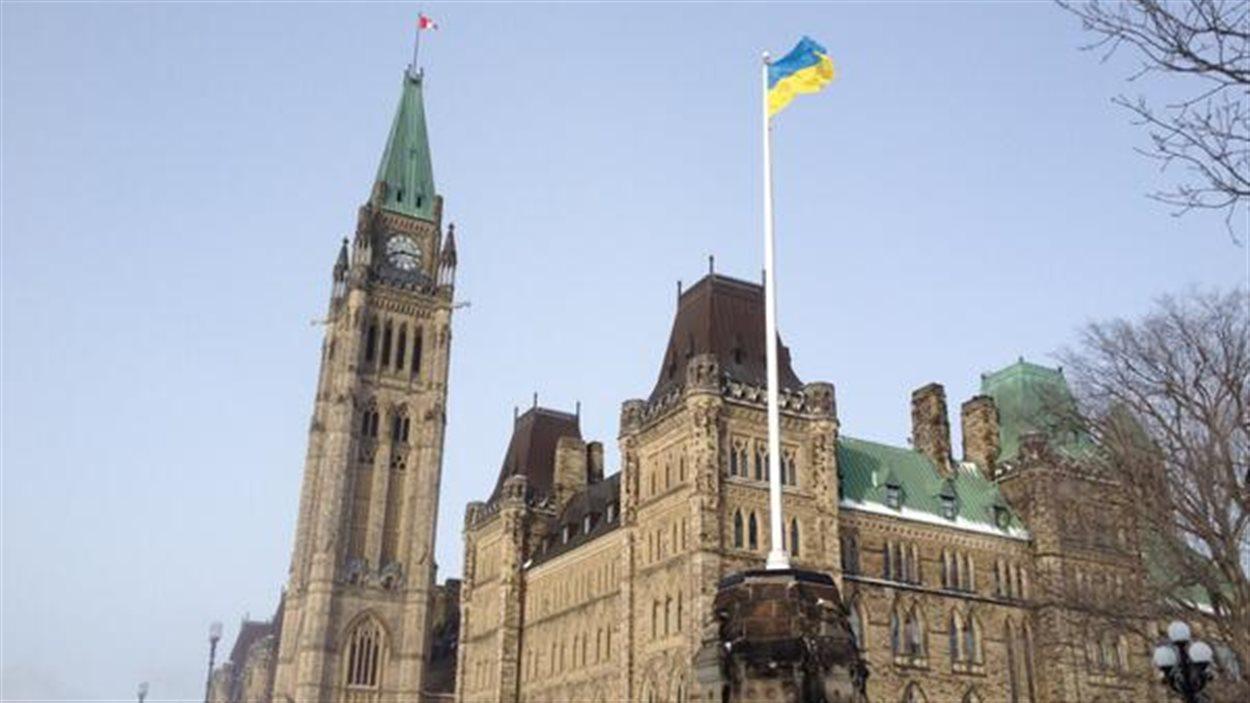 Le drapeau ukrainien a été hissé sur la colline du Parlement, à Ottawa, en guise de solidarité avec le peuple ukrainien.