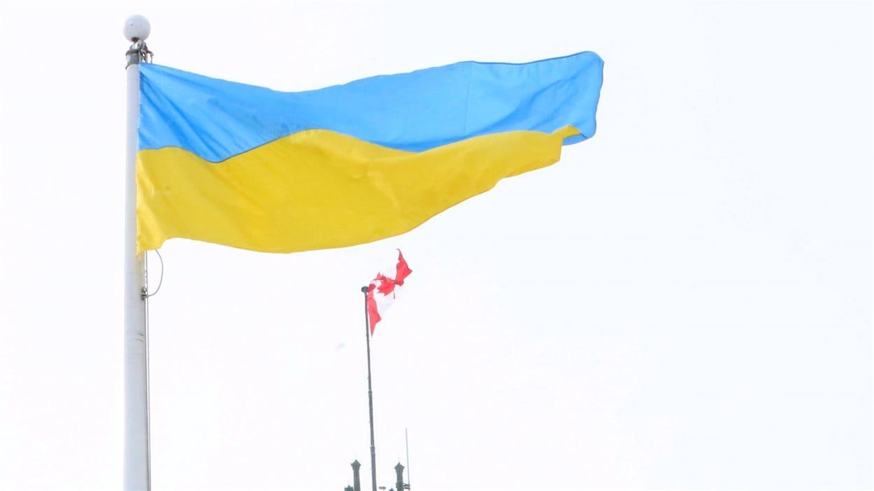 Le drapeau de l'Ukraine flotte devant le parlement ontarien