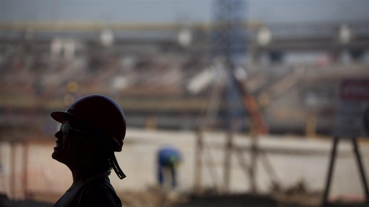 Une femme sur le chantier de construction du stade Maracana à Rio de Janeiro, au Brésil, en avril 2012