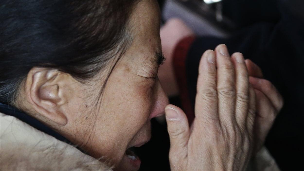 Une proche d'un des passagers de l'avion disparu, à l'aéroport de Pékin, le 8 mars 2014