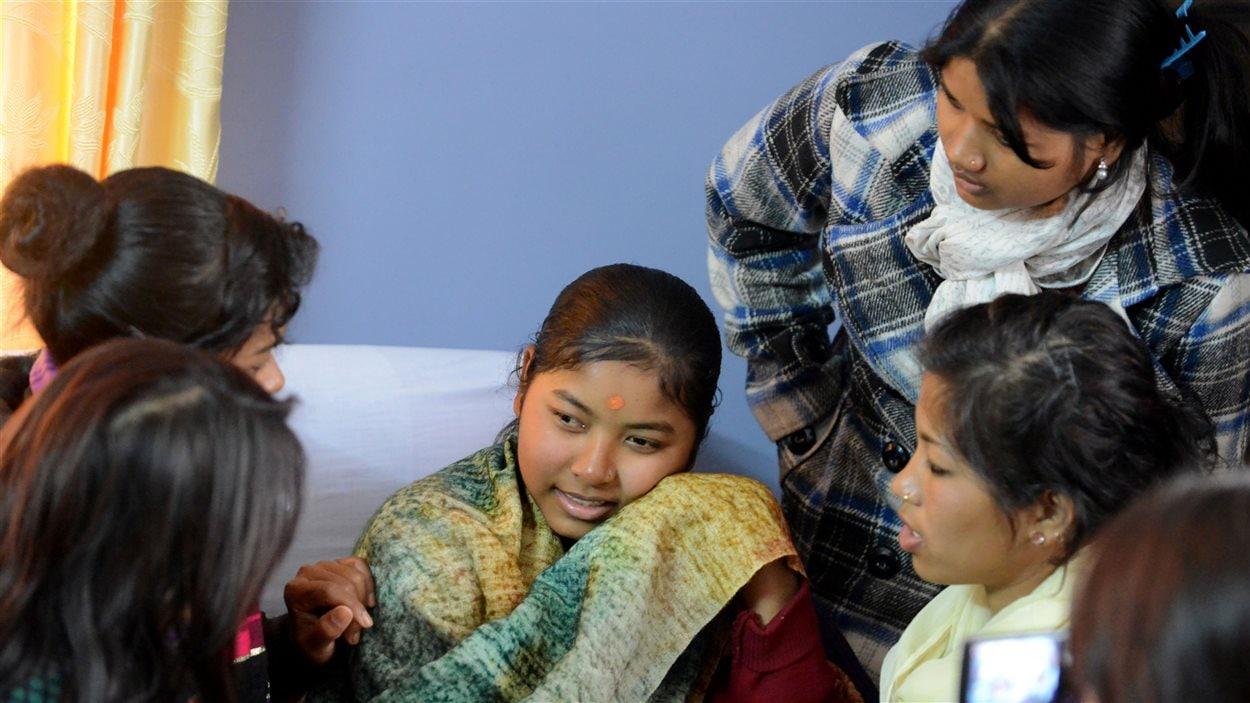 Des jeunes filles népalaises interrogées après avoir été libérées de plusieurs années de travail forcé, à Katmandou