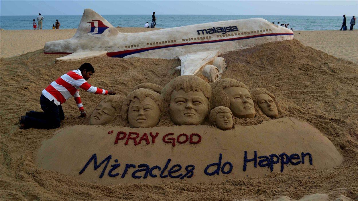 Une sculpture sur la plage Buri, non loin d'où l'avion de Malaysia Airlines serait disparu témoigne de l'espoir qui a habité les proches des victimes.