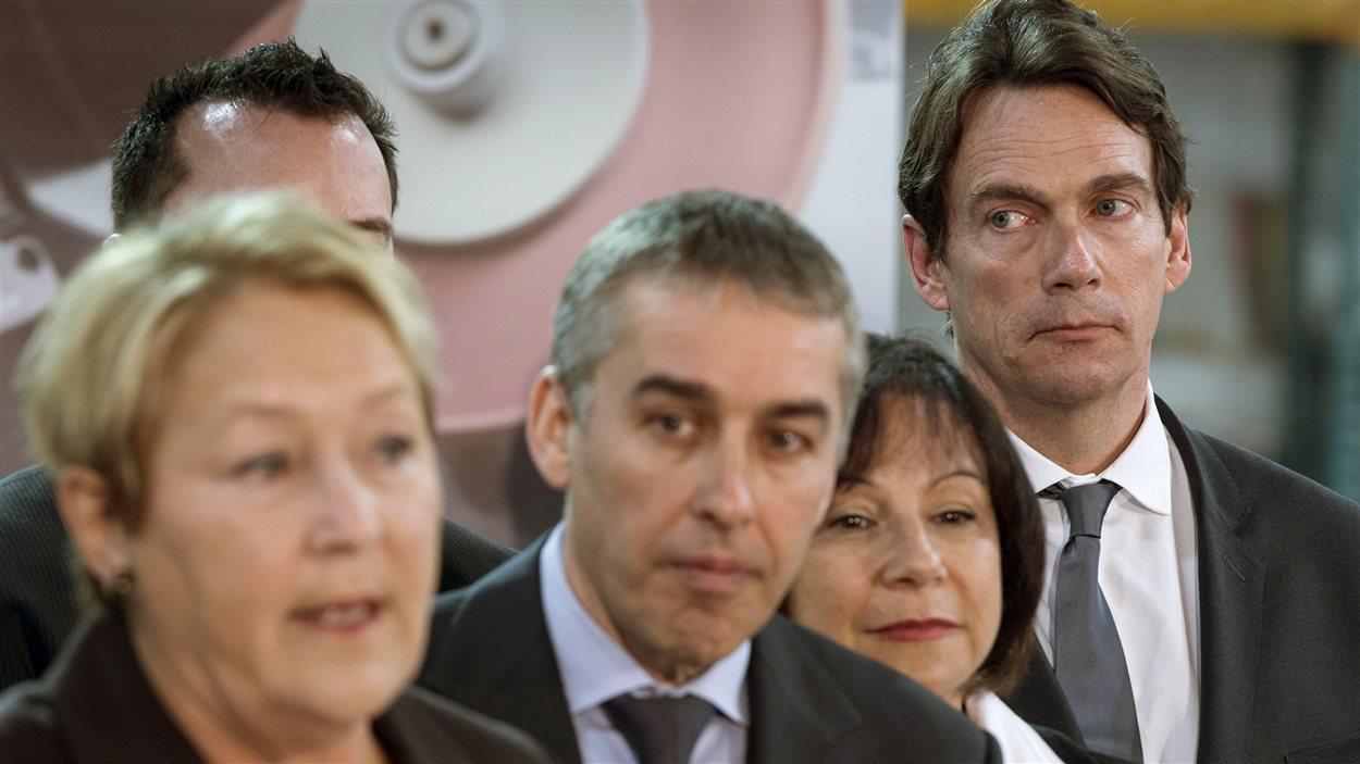 La chef péquiste Pauline Marois accompagnée des candidats péquistes Nicolas Marceau, Élaine Zakaïb et Pierre Karl Péladeau, à Saint-Bruno-de-Montarville, le 10 mars