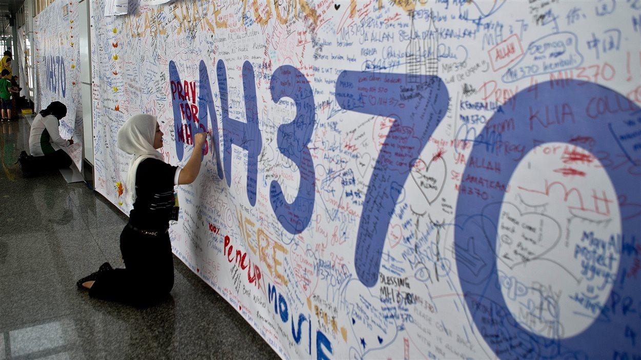 De nombreux messages ont été écrits en l'honneur des passagers du vol 370 de Malaysia Airlines à l'aéroport de Kuala Lumpur.