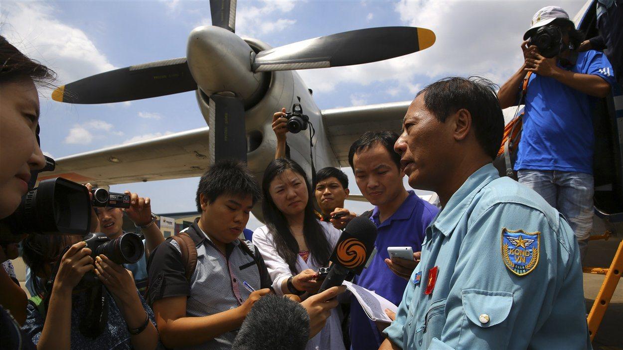 Le colonnel Vu Duc Long des forces aériennes vietnamiennes a rencontré les médias, le 14 mars 2014