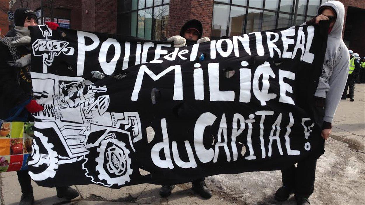 Les manifestants qui arrivent au métro Jean-Talon.