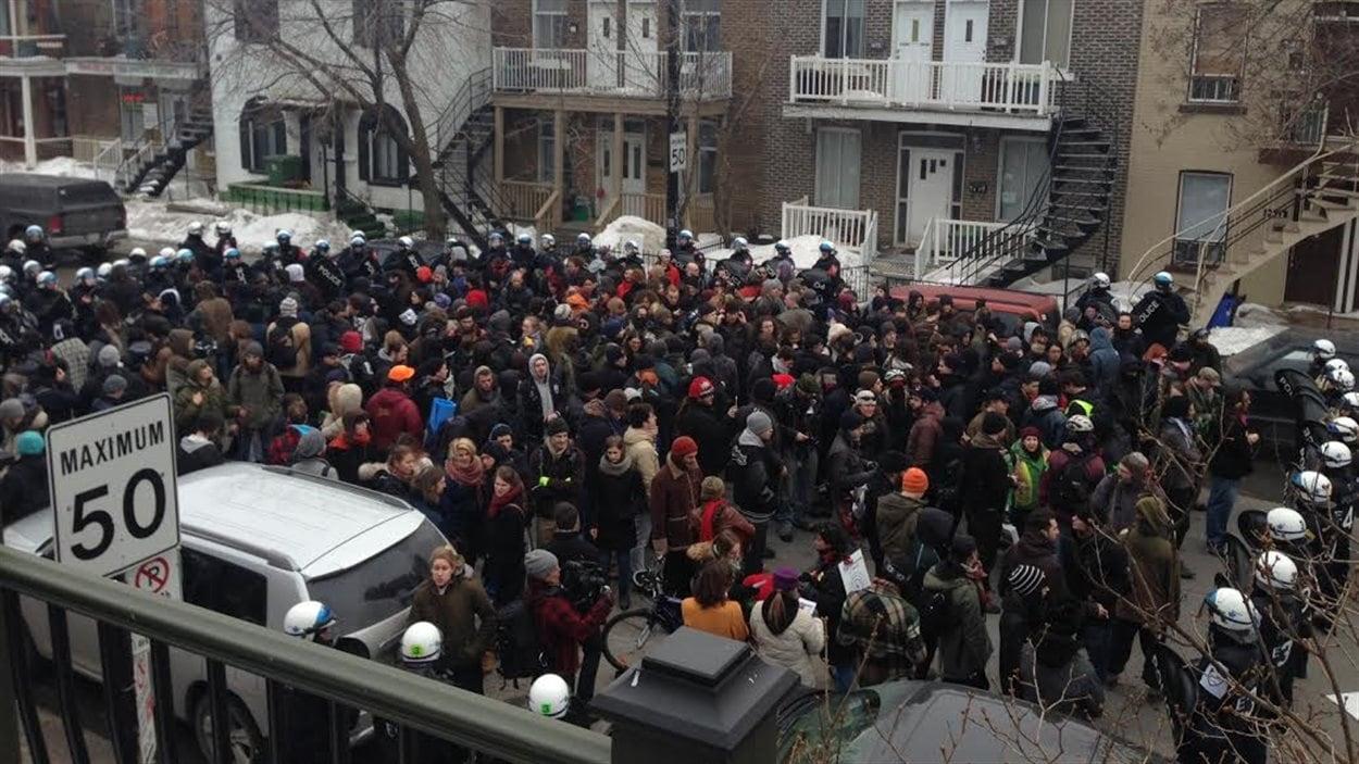 Près de 150 personnes prises en souricière par les policiers.