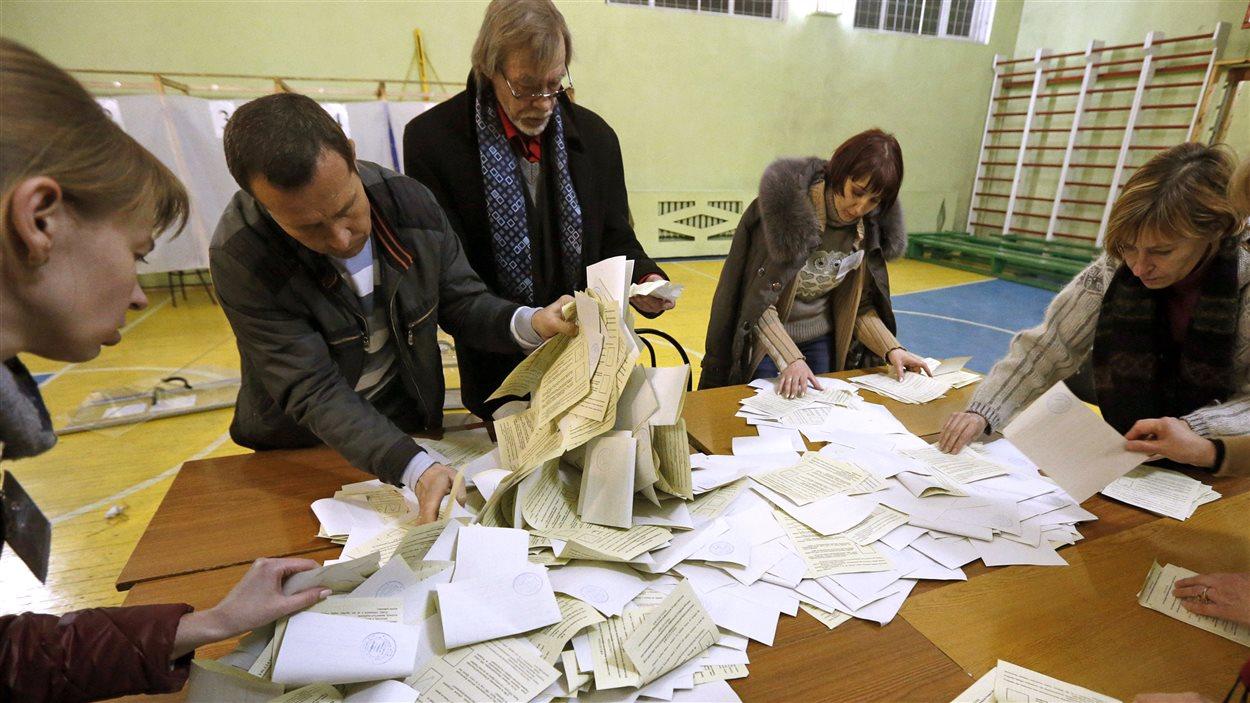 Des scrutateurs font le décompte des votes après le référendum en Crimée, le 16 mars 2014.