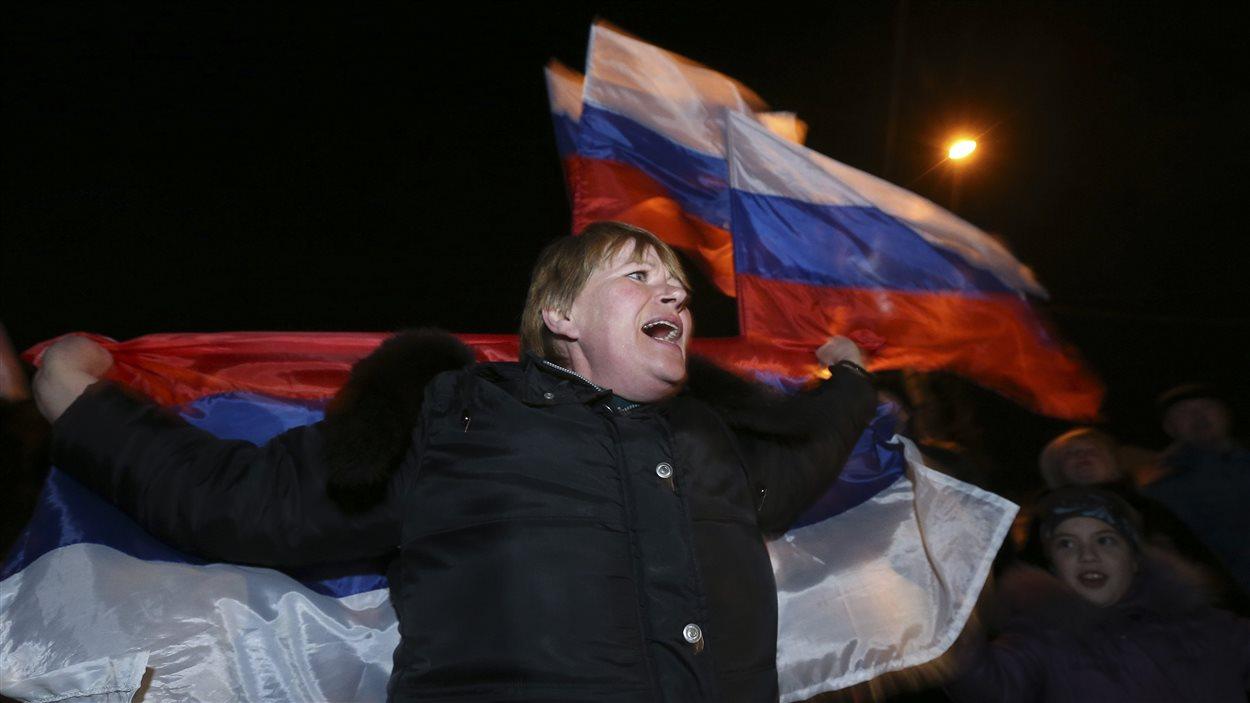 Une femme célèbre sa victoire lors du référendum sur l'avenir de la Crimée, le 16 mars 2014.