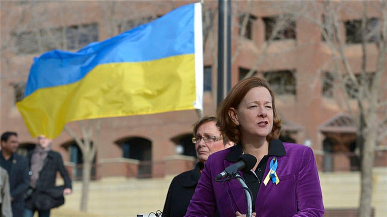 La première ministre Alison Redford a souligné l'appui de sa province au peuple ukrainien en hissant leur drapeau devant l'édifice de l'Assemblée législative à Edmonton.