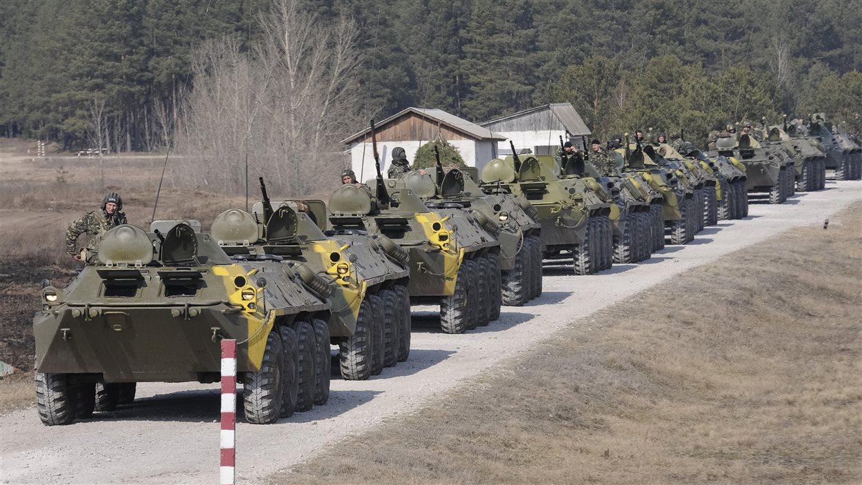 Une colonne de blindés de l'armée ukrainienne.