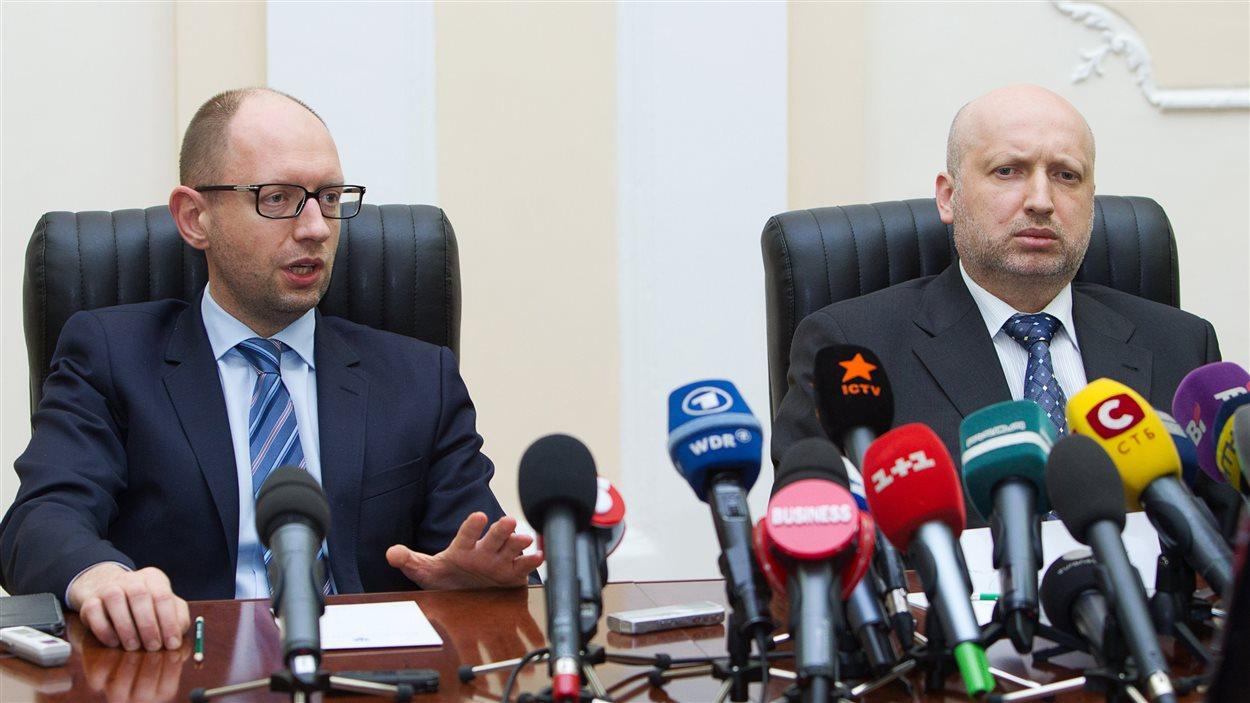 Arseni Iatseniouk, premier ministre par intérim, et Oleksander Tourtchinov, président par intérim, lors d'une réunion, mardi.