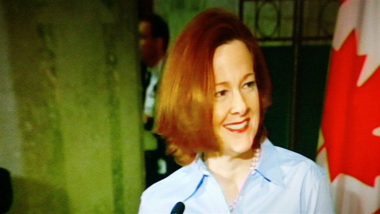 Alison Redford lors de son discours annonçant sa démission de ses fonctions de première ministre de l'Alberta