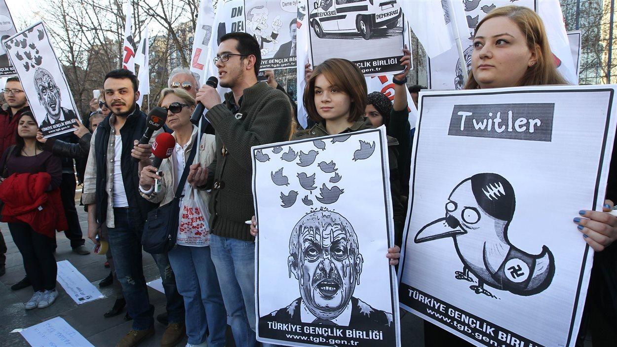 Des Turcs manifestent à Ankara contre l'interdiction de Twitter dans leur pays.