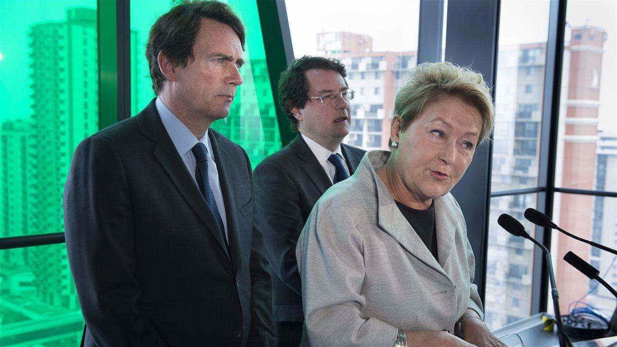 Pauline Marois entourée des candidats Pierre Karl Péladeau et Bernard Drainville, en conférence de presse vendredi.