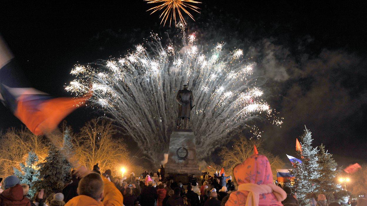 Des milliers de Russes de Crimée ont célébré vendredi soir leur annexion à la Russie, lors d'une grande célébration à Simferopol.