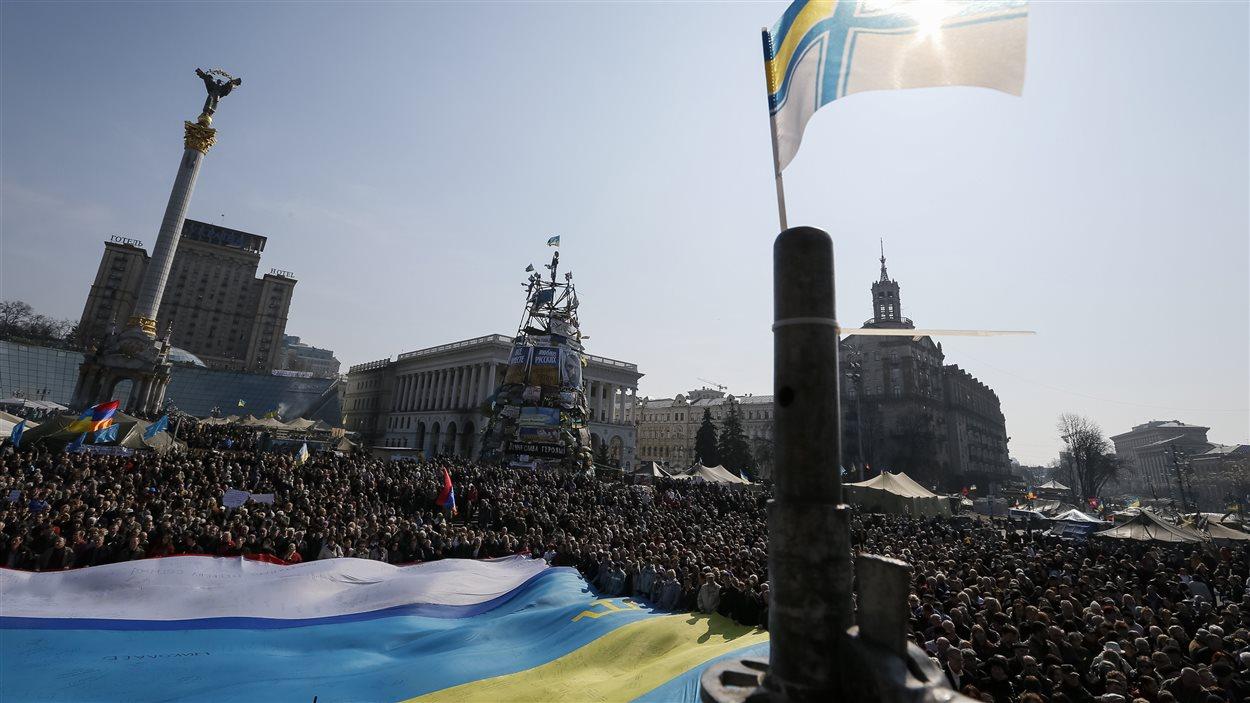 Des milliers d'Ukrainiens manifestent contre une intervention de la Russie, à Kiev, le 23 mars 2014.