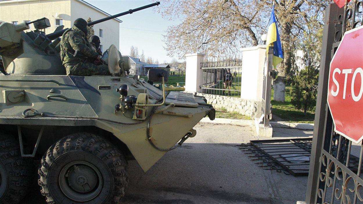 Les forces russes ont envahi, samedi, la base militaire de Belbek, en Crimée, le 22 mars 2014.