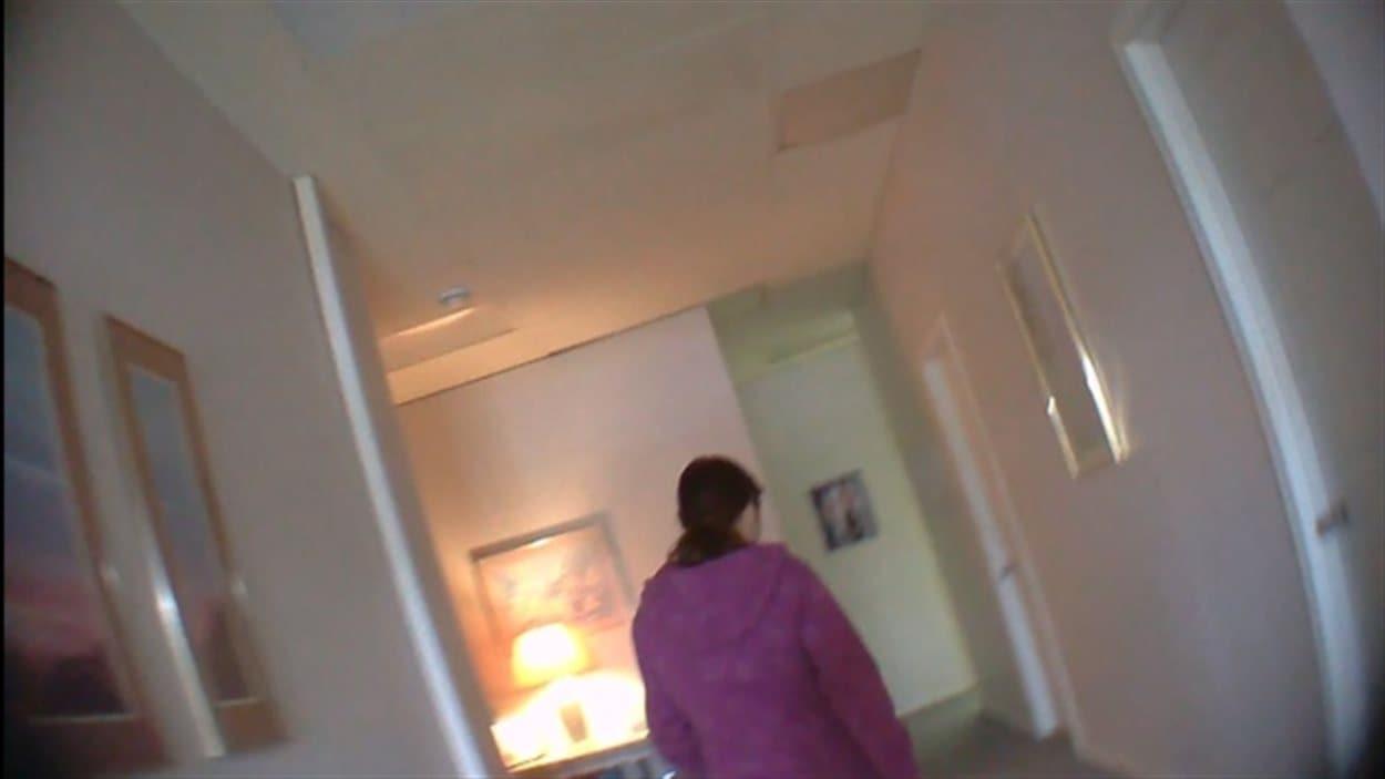 Une employée d'un salon de massage érotique de Regina s'adresse à un journaliste de l'équipe d'enquête de CBC muni d'une caméra cachée.