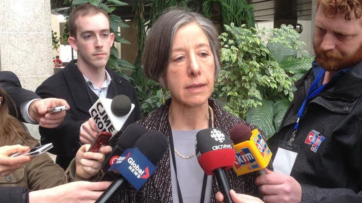 Denise Werker,  la médecin en chef adjointe de la Saskatchewan, lors d'un point de presse à Saskatoon lundi.