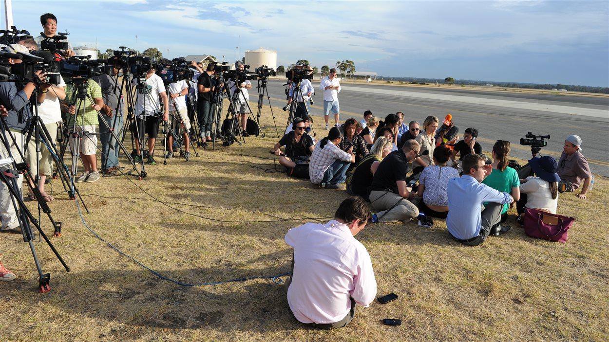 Les médias, postés sur une plage australienne, attendaient dimanche un avion Orion australien, parti à la recherche de débris.