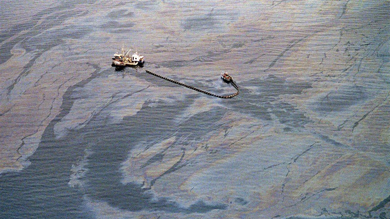 Opération de récupération du pétrole en mer dans le détroit du Prince William, une semaine après le déversement.