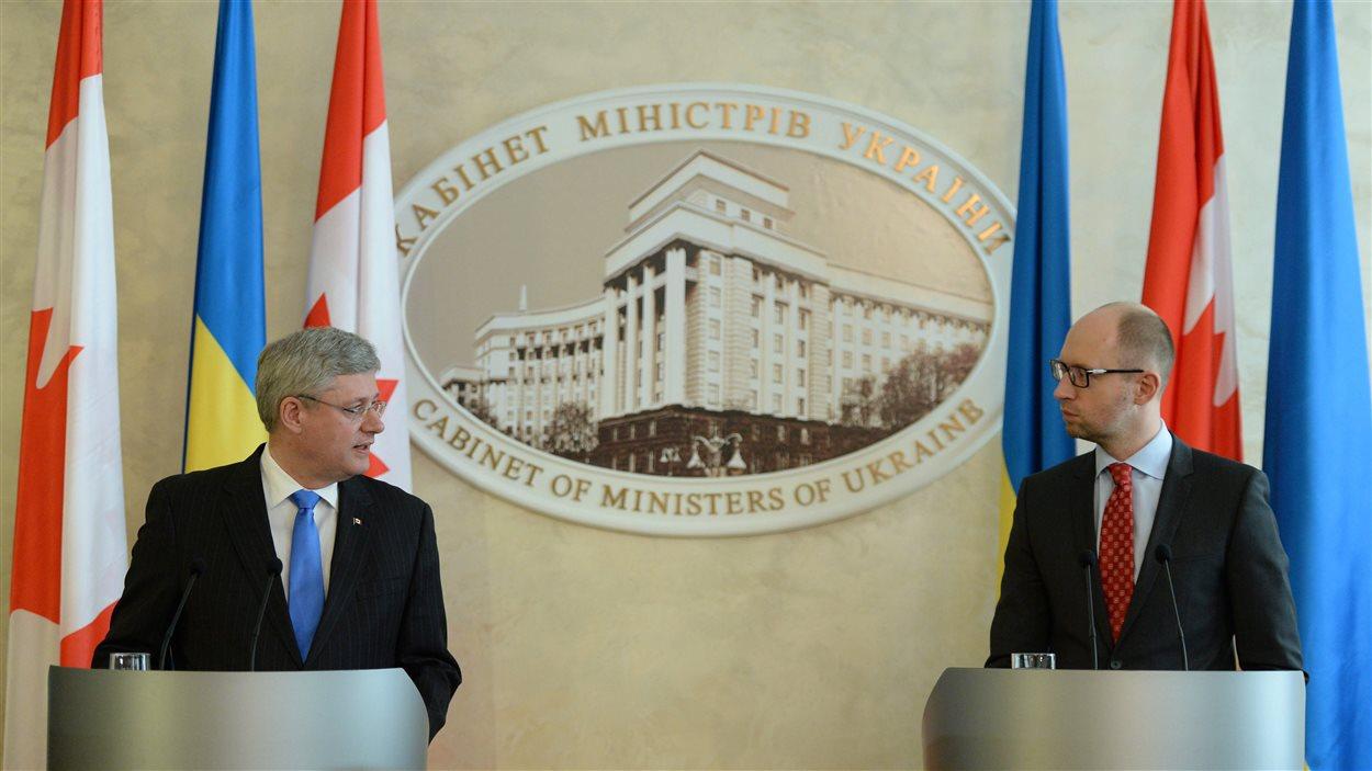 Le premier ministre canadien, Stephen Harper, en compagnie de son homologue ukrainien, Arseni Iatseniouk.