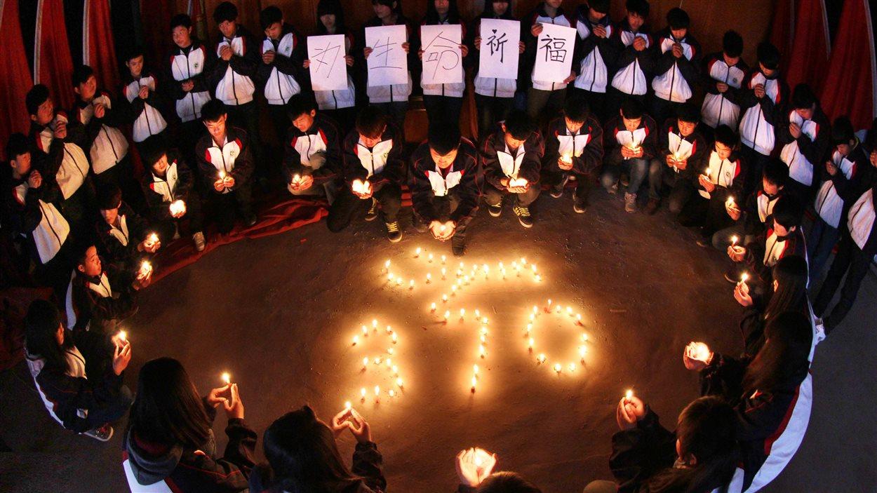 Des étudiants chinois lors d'une veillée pour les disparus du vol MH370.