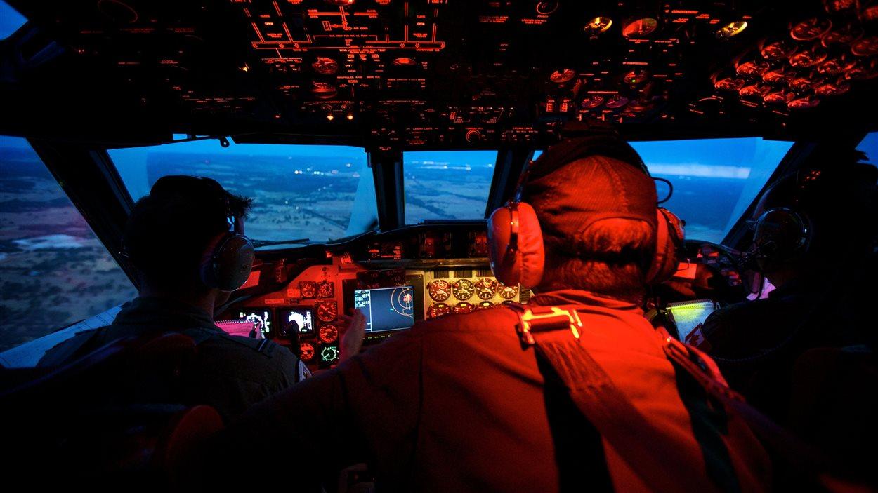L'équipage de cet avion s'apprête à regagner la terre ferme après une recherche de 12h de l'avion écrasé dans l'océan Indien. Déjà, certains estiment que celui-ci pourrait ne jamais être retrouvé.