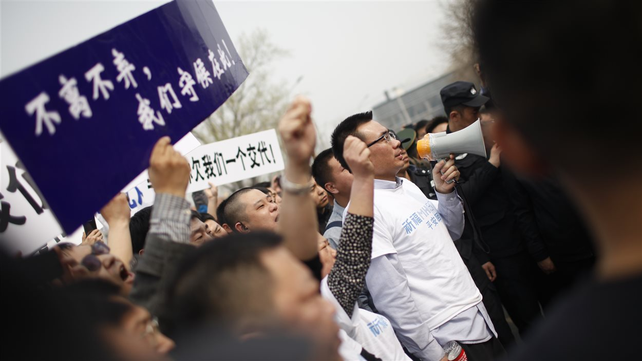 Les manifestants à Pékin demandent à l'ambassade malaisienne des réponses à leurs questions sur le sort de leurs proches.