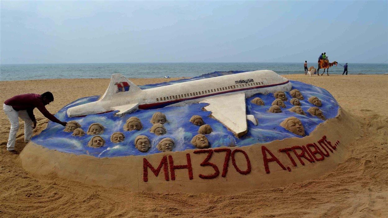 L'artisan de sable Sudarsan Pattnaik a honoré à sa façon les victimes disparues dans l'écrasement du vol MH370 sur une plage de l'Inde.
