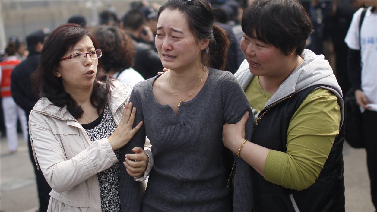 À Pékin, des proches des disparus du vol MH370 et des sympathisants se sont rassemblés devant l'ambassande de la Malaisie pour démontrer leur indignation.