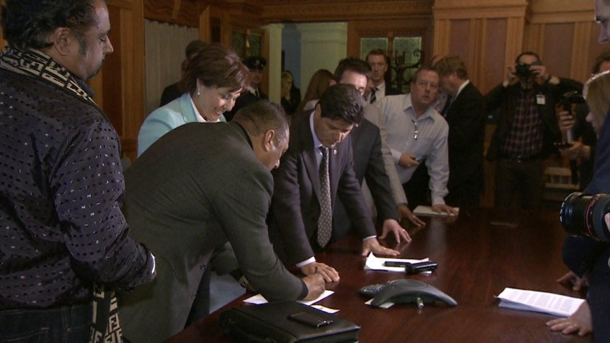La première ministre Christy Clark et les représentants des camionneurs syndiqués d'Unifor signent une entente de principe mardi en fin d'après-midi.