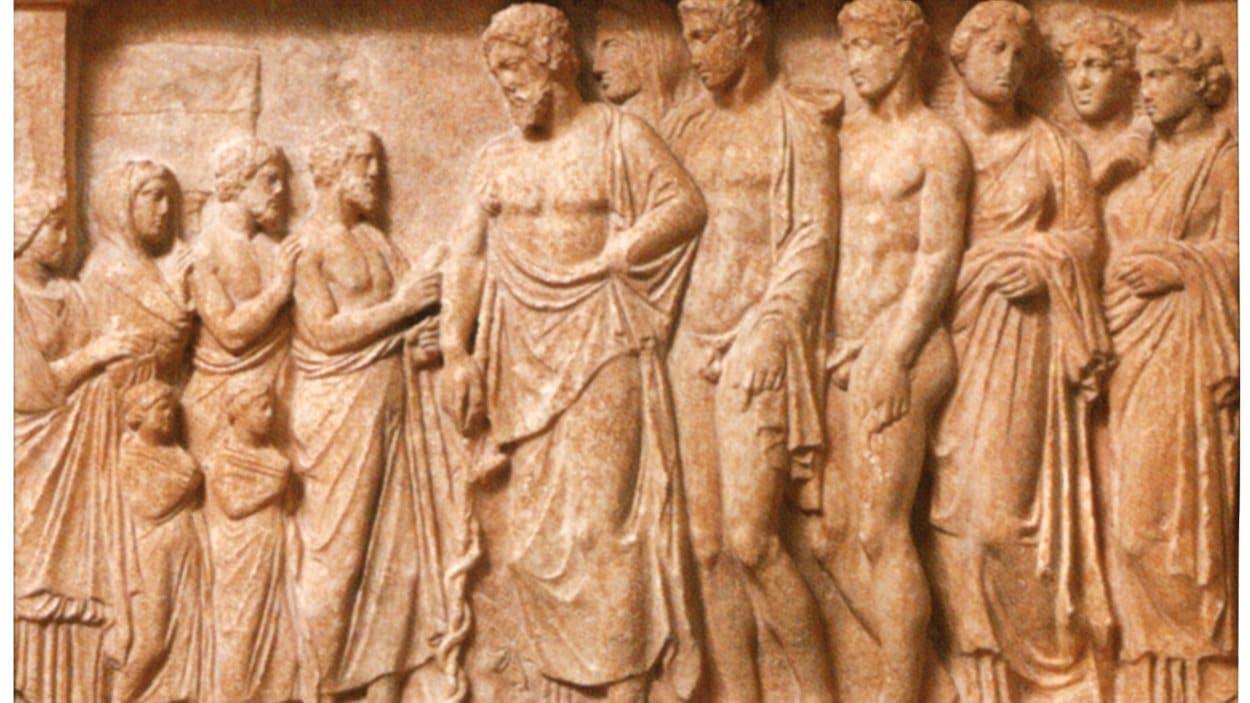 Bas-relief représentant Esculape et sa famille avec des humains, vers 400-350 avant notre ère.