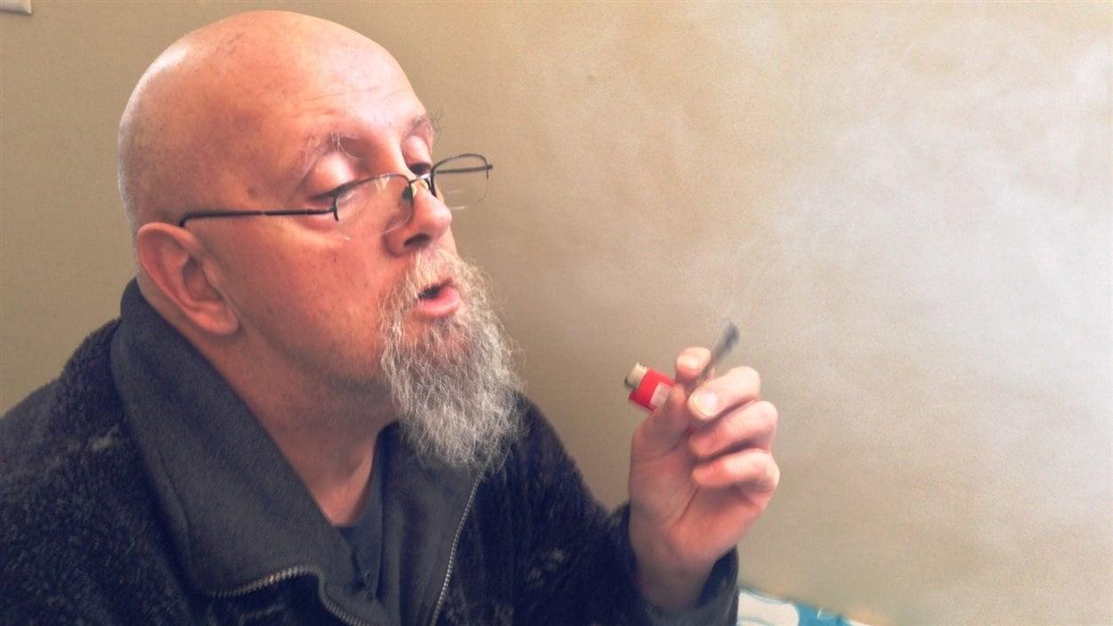 Michel Aubé est un des plus ancients patients autorisés à consommer de la marijuana thérapeutique au Canada.