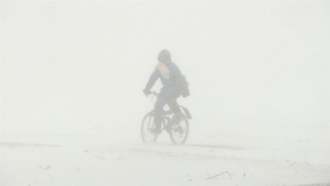 Un cycliste brave la tempête.