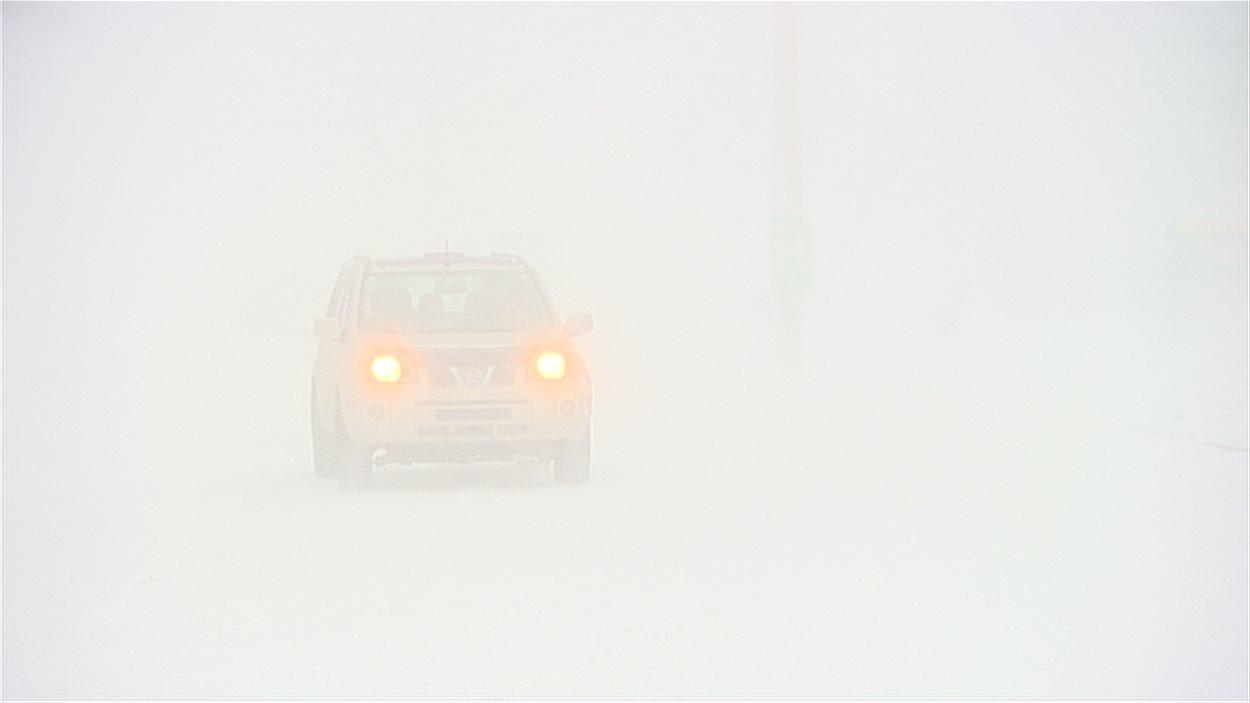 La visiblité est pratiquement nulle sur les routes de la Nouvelle-Écosse.