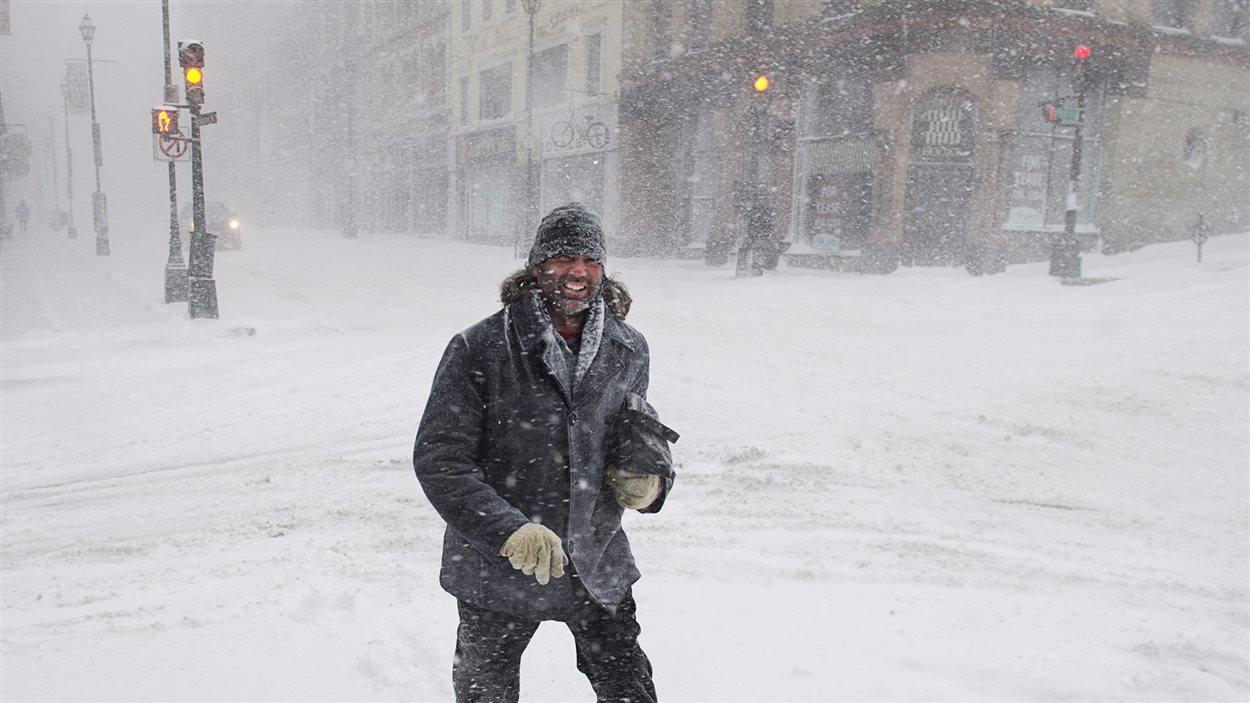 Un piéton dans les rues désertes du centre-ville d'Halifax où sévit la tempête.