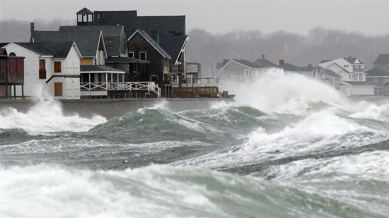 Des vents de 100 km/h déchaînent les flots sur les côtes du Massachusetts.