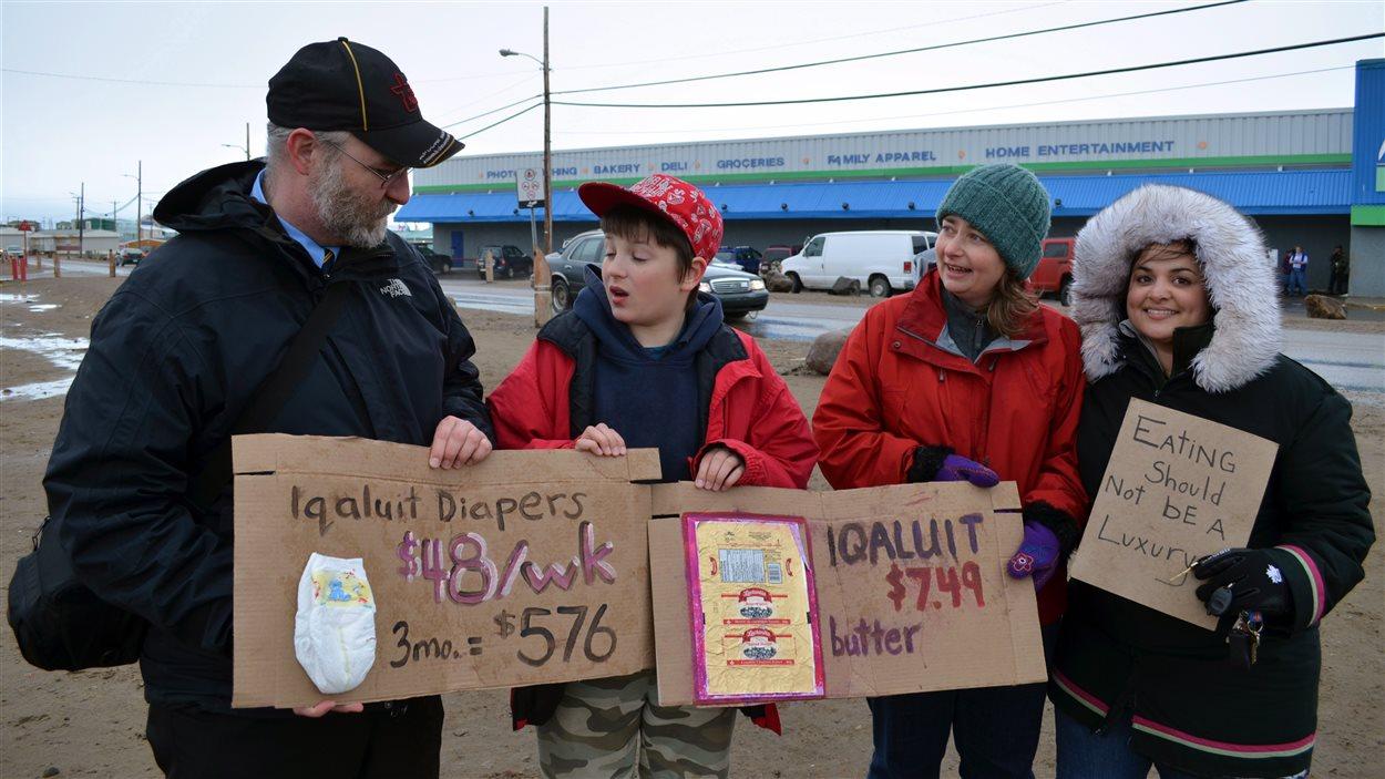 Des personnes manifestent à Resolute Bay pour dénoncer le prix exorbitant des aliments.