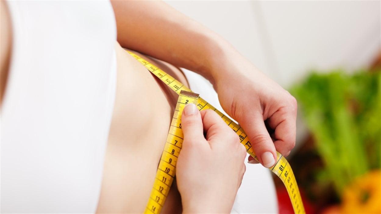 Une personne mesurant sa taille