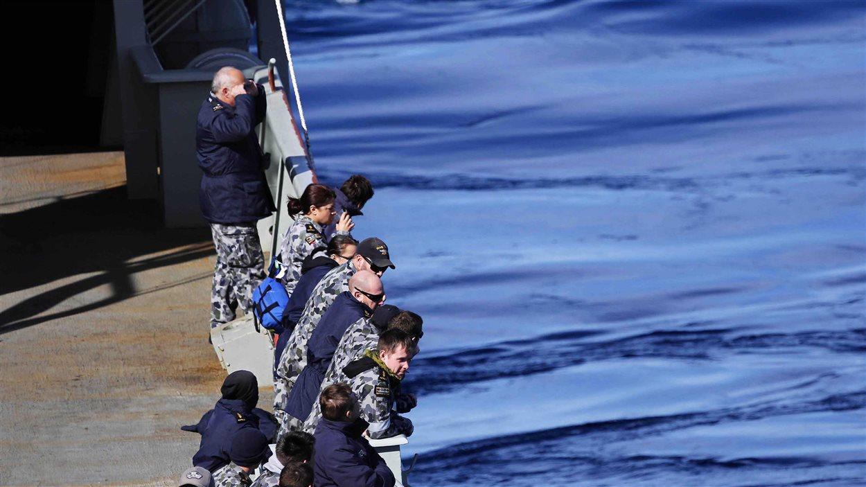Des membres de l'armée australienne scrutent l'océan indien à la recherches de débris du Boeing 777 de Malaysia Airlines.